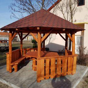 Hatszögletű pavilon zsindelyfedéssel, hatszögletű asztallal és padokkal együtt 3.5 m átmérővel